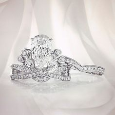 Chaumet - Joséphine Aigrette Impériale ring in platinum paved with diamonds, set with a 2-carat diamond and its matching wedding band. #Chaumet #Joséphine