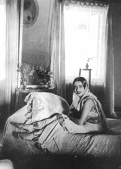 "Amrita Shergill in a bindi and saree > She said ""Europe belongs to Picasso, Matisse and Braque and many others. India belongs only to me.""  Wonder when we lost the habit of wearing the saree with such ease."