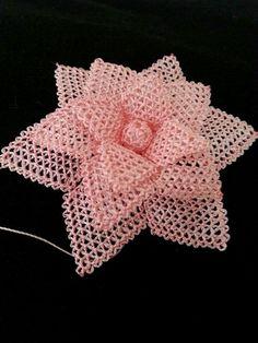 Çiçek Diy Flowers, Crochet Flowers, Needle Lace, Plastic Canvas, Knots, Free Pattern, Diy And Crafts, Projects To Try, Crochet Hats