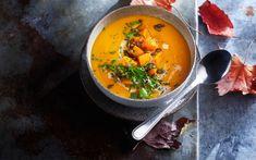 Halloween-gresskaret egner seg til langt mer enn lyktemateriell. Ikke la deg skremme av at gresskarkjøttet hverken lukter eller smaker spesielt godt i rå tilstand. Ved varmebehandling forandrer nemlig smaken karakter og blir både mild og søtlig, noe som ytterligere forsterkes ved ovnsbaking. Og ovnsbaking er utgangspunktet for denne fløyelsmyke gresskarsuppen. T Power, Thai Red Curry, Clean Eating, Vegan, Dinner, Ethnic Recipes, Food, Dining, Eat Healthy