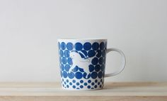 On a messy desktop filled with paper in white and folders in black, the cat on ZISHI's cobalt blue and pearl white mug will certainly stand out.