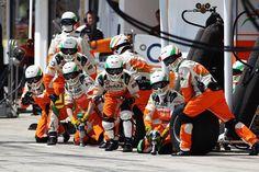 f1 Los mecánicos de #ForceIndia esperando a su piloto en el #Hungaroring ..