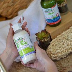 Balsamul Corpore Sano este un balsam ce se potrivește tuturor tipurilor de păr. Îl pot folosi toți membri familiei. Balsamul are în compoziția sa henna ce: întârește firul de păr, oferă volum, lasă părul moale, ajută la descâlcirea părului. Iar extractul de Aloe Vera asigură hidratarea perfectă! #curlyhairromania #solutiipentrupar #curlyhaircareromania #balsampar #cremapar #solutiiparcret #buclelejere #bucle #produsepentruparcret #produsenaturale #bucledefinite #bucleperfecte #balsamdepar Aloe Vera, Henna, Products, Hennas, Gadget