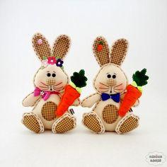 Coelho (a) feito em feltro bordado e tecido nas cores marfim e xadrez marrom, acompanha uma cenoura em feltro.