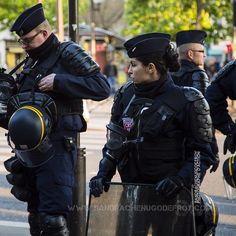 Femme CRS après la dispersion d'une manifestation [Ref:1416-09-0534] #policenationale #police #femme #CRS #bouclier #bonnetdepolice #attente