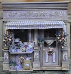 "Foto's van ""The Lavender Lady""- Iris Arentz, Bilder von ""The Lavender Lady"" - Iris Arentz, Les Photos du ""The Lavender Lady"" - Iris Arent. Vitrine Miniature, Miniature Rooms, Miniature Crafts, Miniature Houses, Cardboard Dollhouse, Dollhouse Miniatures, Dolls House Shop, Do It Yourself Design, Raindrops And Roses"