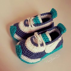 If you really need these custom pieces please send me back. Crochet Baby Boots, Crochet Baby Sandals, Crochet Bebe, Crochet For Boys, Crochet Shoes, Crochet Slippers, Baby Boy Booties, Baby Boy Shoes, Estilo Vans