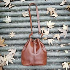 Chestnut brown bucket bag! 🌰💗 #twininas #bucketbag #fall2017 #fallingleaves #adjustable #strap