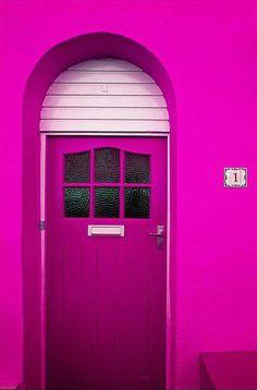 ¿Qué os parece el color fucsia que han utilizado para la entrada de este hogar?