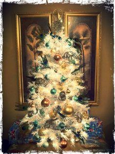 I love a white Christmas tree! White Xmas Tree, White Christmas, Christmas Holidays, Christmas Decorations, Holiday Decor, Holidays Around The World, Around The Worlds, Winter Season, Wonderful Time