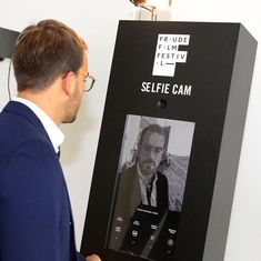 Zwart gelakte selfiezuil voor een corporate event #maatwerk #ifff #fraudefilmfestival #corporate #event #zuil #evenement #custom #selfie #selfiecam