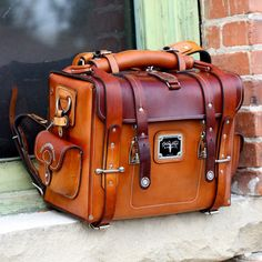 The Lewis Expedition Bag - Built like a tank, but with the touch of a fine craft. The Lewis Expedition Bag - Built like a tank, but with the touch of a fine craftsman, The Lewis Expedition Bag is ma My Bags, Purses And Bags, Coin Purses, Sac Week End, Diy Sac, Leather Projects, Vegetable Tanned Leather, Tan Leather, Leather Bags
