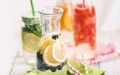 Infused Water ist das Getränk für den Sommer. Wir zeigen Euch, wie ihr mit ein paar simplen Zutaten ein neues Geschmackserlebnis zaubert