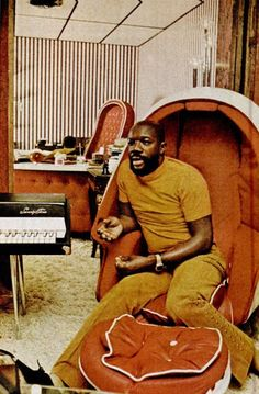 Isaac Hayes completely not messing around - suave as all get-out and dedicated to the style of an era from floor to ceiling. Isaac Hayes completely not messing around - suave as all get-out and dedicated to the style of an era from floor to ceiling. Music Icon, Soul Music, My Music, Indie Music, Francis Wolff, 1970 Style, Isaac Hayes, Colani, Bagdad