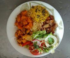 Torta de camarão, salada de agrião, feijão, cenoura guisada e farofa de rosbife.
