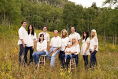 This ladies site has awesome ideas for large family photo shoots Large Group Photos, Extended Family Pictures, Large Family Portraits, Big Family Photos, Large Family Poses, Family Picture Poses, Family Photo Sessions, Family Posing, Large Families