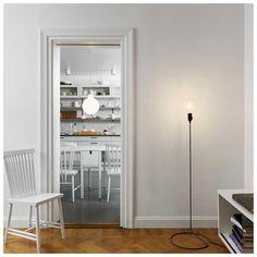 De #Cord Lamp van Design House #Stockholm, ontworpen door Form Us With Love, is een minimalistisch vormgegeven maar opvallende lamp. In plaats van te proberen de kabel te verbergen, is de kabel het belangrijkste kenmerk van de Cord Lamp. Het klassieke #textielkoord is versterkt met behulp van een verborgen stalen buis. Tezamen met de grote gloeilamp maakt deze innovatief ontworpen kabel een iconisch ontwerp van de Cord Lamp.