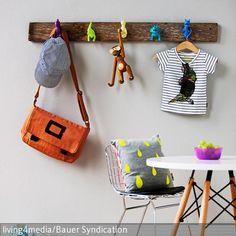 Die witzige DIY-Garderobenleiste bringt in jedem Fall gute Laune. An einem rustikalen Holzbrett wurden bunte Spielzeugfiguren befestigt, die nun als innovative Garderobenhaken …