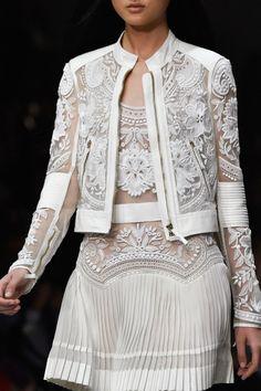 Roberto Cavalli at Milan Fashion Week Spring 2015 - Damen Mode 2019 White Fashion, Look Fashion, Fashion Details, Fashion Show, Fashion Design, Trendy Fashion, Fashion Spring, Fashion Models, Couture Fashion