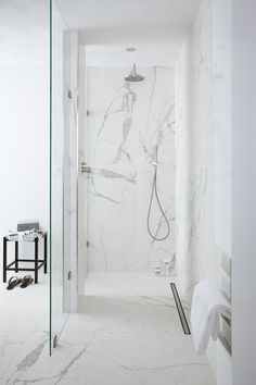 Marmeren badkamer - Marmeren badkamer, Check more at familybathroom Marble Bathroom Floor, White Marble Bathrooms, Condo Bathroom, Diy Bathroom Remodel, Chic Bathrooms, Family Bathroom, Shower Remodel, Modern Bathroom, Small Bathroom