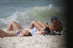 De biquíni, Giovanna Antonelli curte praia com a mãe no Rio de Janeiro