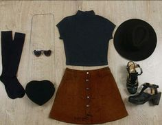 Croptop básico (Mockneck, gris oscuro) Medias a la rodilla Sombrero en gamuza negro Bolso (piel de durazno en forma de corazon) Gafas de sol dorma de corazón Falda (piel de durazno camel, botones) Tacon de correa