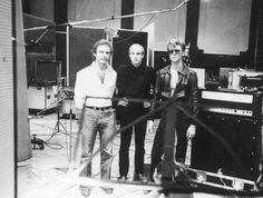 """Robert Fripp (guitariste) + Brian Eno + Bowie, enregistrent """"Heroes"""" dans la salle n°2 du Hansa Studios à Berlin en 1977. A la même époque, Iggy Pop, Nick Cave, Tangerine Dream, Nina Hagen, Killing Joke et bien sûr Depeche Mode et U2 ont aussi bcp fréquenté Hansa Studios, mais rares sont ceux qui ont osé enregistrer dans la salle de bal, si impressionnante et pas forcément facile à domestiquer."""