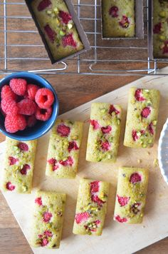 Pistachio & Raspbery Financiers, perfect for a lazy afternoon with a cuppa. One of my very favourite French cakes, you can't just have one! Financier Recipe, Mini Loaf Cakes, French Cake, Pistachio Cake, Apple Smoothies, Profiteroles, Mini Desserts, French Desserts, Plated Desserts