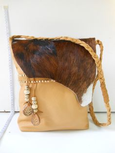 Voorkant van de zeer grote leren tas met koe huid. JANET Handgemaakte tassen op FB.