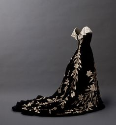 Worth evening dress ca. 1896. Frank Horvat Photography via the Musee Galliera. I love the vines/flowers. I wonder if that's the fabric or if it was added...?