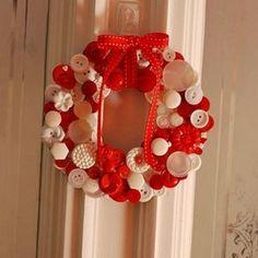 Corona de botones. Encuentra muchas más ideas en... http://www.1001consejos.com/coronas-de-navidad-recicladas/