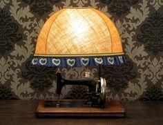 Ripensare una #macchina da #cucire e farne una #lampada calda ed accogliente. Antique #Sewing Machine