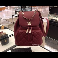 There are lots of luxury and well designed Chanel bags in the stores this season. I mean, who doesn't like a Chanel bag? Chanel Backpack, Chanel Purse, Chanel Handbags, Purses And Handbags, Chanel Bags, Chanel Chanel, Fab Bag, Louis Vuitton Neverfull Mm, Designer Handbags