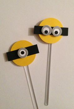 Dois modelos para dar aquele toque diferencial em sua mesa! Faço todos os produtos com esse tema Entre em contato Pequenos detalhes... Grandes diferenças! R$ 1,30 Minion Birthday, Minion Party, Ideas Para Fiestas, Felt Toys, Birthday Decorations, Birthdays, Arts And Crafts, Birthday Parties, Minion Craft