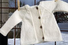 Hello again – Ann-Christin in Floby and Anna in Malmö here! We are rarely seen, but skiing … - Easy Yarn Crafts Easy Yarn Crafts, Textiles, Christmas Greetings, Kappa, Mantel, Children, Kids, Skiing, Knit Crochet