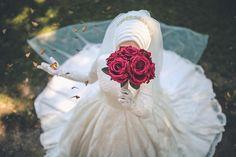 İyi aşklar iyi akşamlar efendim Hijabi Wedding, Muslim Wedding Dresses, Muslim Brides, Evening Dresses For Weddings, Bridal Wedding Dresses, Wedding Photography Poses, Wedding Poses, Wedding Couples, Wedding Bride