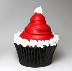 Santa Hat Cupcake -- Christmas Cupcakes- Definitely making these! Cupcake Christmas, Christmas Sweets, Noel Christmas, Christmas Goodies, Christmas Decor, Christmas Parties, Christmas Ideas, Christmas Pudding, Father Christmas