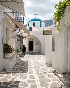 So in love with greek islands!  Hast du schon meinen Blogpost über Santorini gelesen?  In dem Beitrag teile ich meine ehrliche Meinung über Santorini. Warst du schon einmal dort? Wie war dein Eindruck von der Insel?  PS: Auf dem Foto siehst du ein Dorf in Paros Greece, Hotels, Island, Places Ive Been, Explore, Mansions, House Styles, City, Instagram Posts