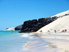 Playa #ElSalmo – Sureste de #Fuerteventura.  Foto de Home Canarias #IslasCanarias Menorca, Tenerife, Oh The Places You'll Go, Places To Visit, Spanish Islands, Wine Tourism, Exotic Beaches, Next Holiday, Canario