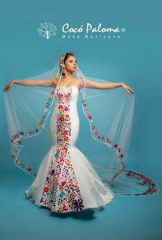 Me gusta el detalle de las flores en el velo 😊 si optaría por el vestido solo en blanco..