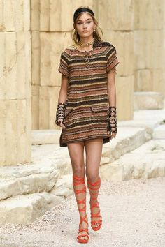 Chanel Resort 2018 image that was saved the most by website visitors. And I can see why - the balance of retro and modern with the dress and the shoes. The burlap bag feeling and very simple yet understated and elegant hair/makeup.  #designer #fashion #2018 #runway #chanel #bestdressed Style Fashion, Womens Fashion, Safari Chic, Chanel Cruise, Keira Knightley, Chanel Fashion, Gladiator Sandals, Boho, Style Inspiration