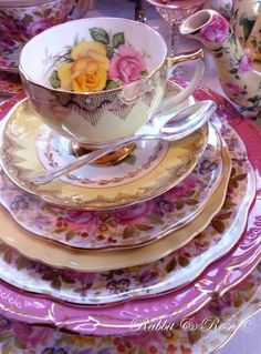 Vintage China Beautiful color theme for a tea party! Vintage Dishes, Vintage China, Vintage Tea, Teapots And Cups, Teacups, China Tea Cups, My Cup Of Tea, Chocolate Pots, Cookies Et Biscuits