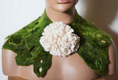 Schal Kette Biancofiore grün Blume handmade Filz von CozyFelt