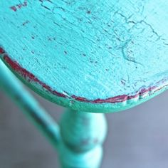 A fun and easy tutorial, how to crackle your furniture with simple white school glue and paint.