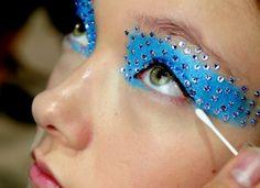 Olha que linda! Aposte nos cristais para a sua #maquiagem de #Carnaval!