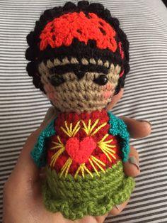 Frida bordada a mano en crochet. $38.000= mide 12 cm