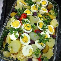 La imagen puede contener: comida e interior Salad Recipes, Diet Recipes, Cooking Recipes, Healthy Recipes, Cod Fish Recipes, Food Carving, Portuguese Recipes, Easy Cooking, Quick Meals