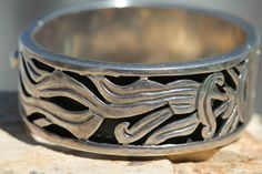 VINTAGE MEXICAN TAXCO STERLING SILVER CALAR HEAVY HINGED BANGLE BRACELET