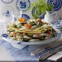 Pfannkuchen-Torte mit Lachs und Zucchini