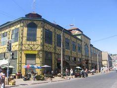 Mercado Cardonal: está ubicado en el corazón del barrio Almendral y es un centro de ventas hortofrutícolas, se encuentra entre avenidas Brasil, Uruguay, Yungay y Rawson. Su imponente estructura metálica de color verde amarillo configura un verdadero mecano que esta rodeado de locales comerciales. Fue construido en el año 1907. Valparaiso, Chile